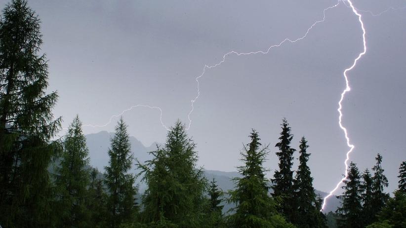 Burza w Tatrach. Piorun raził kolejnych turystów. Ranne dziecko