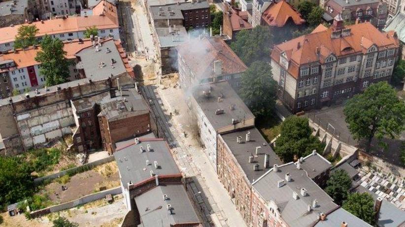 Wybuch w kamienicy: Nie żyje matka i dwójka dzieci. Na miejsce udaje się premier