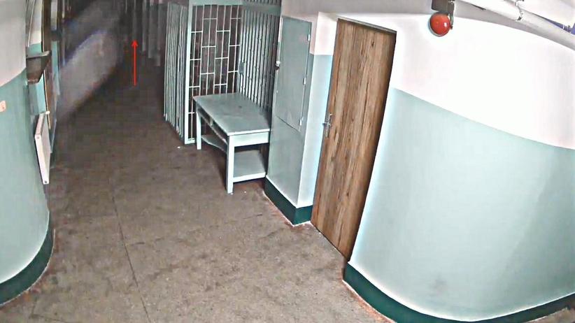 SW opublikowała zapis monitoringu z korytarza przed celą Kosteckiego