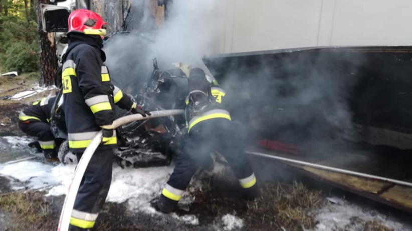 Tragiczy wypadek. Samochód wbił się pod tira i spłonął