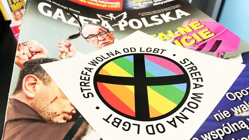 """Szczyt absurdu zdobyty. Homofobiczne wlepki """"za wolnością, tolerancją i prawdą"""""""