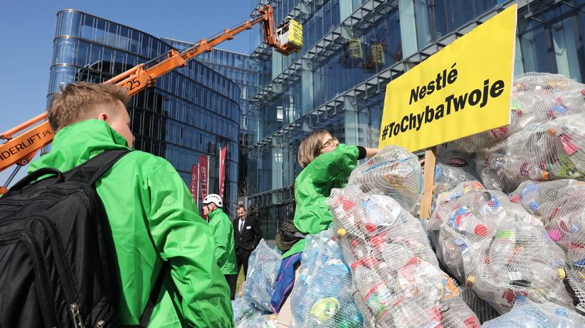 Greenpeace wysypał 350 kg plastikowych odpadów pod siedzibą Nestle Polska