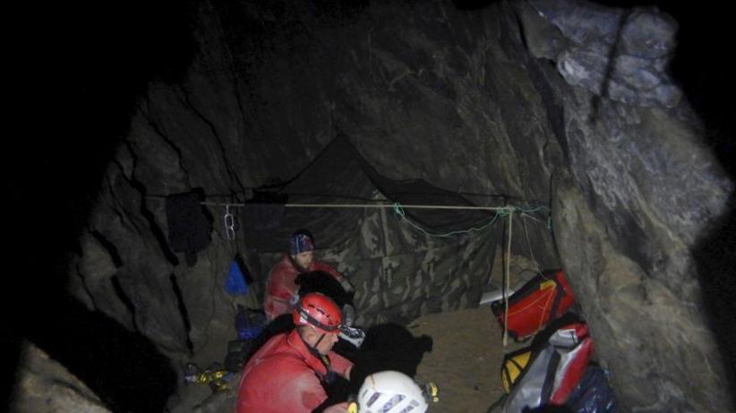 Zdjęcia TOPR z wnętrza jaskini. Ratownicy pracują w bardzo ciężkich warunkach