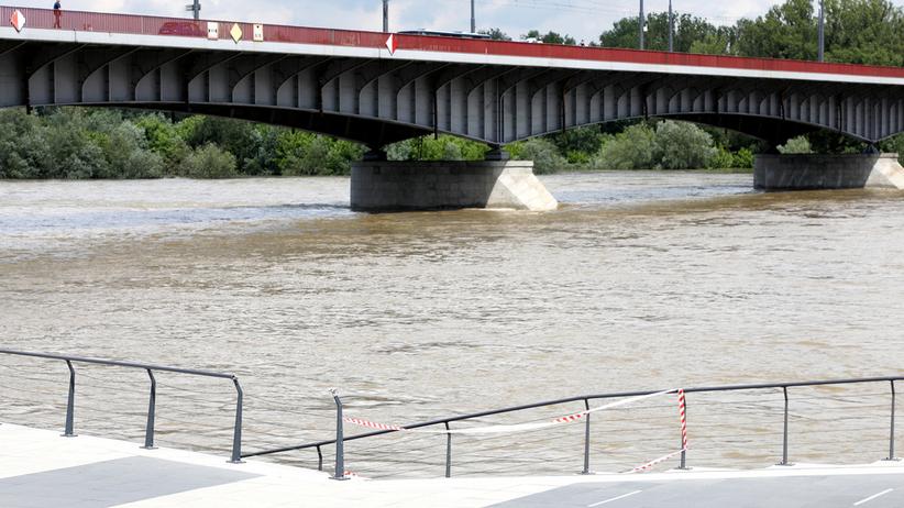 IMGW ostrzega: nie zbliżać się do rzek. Fala wezbraniowa na Wiśle i Odrze