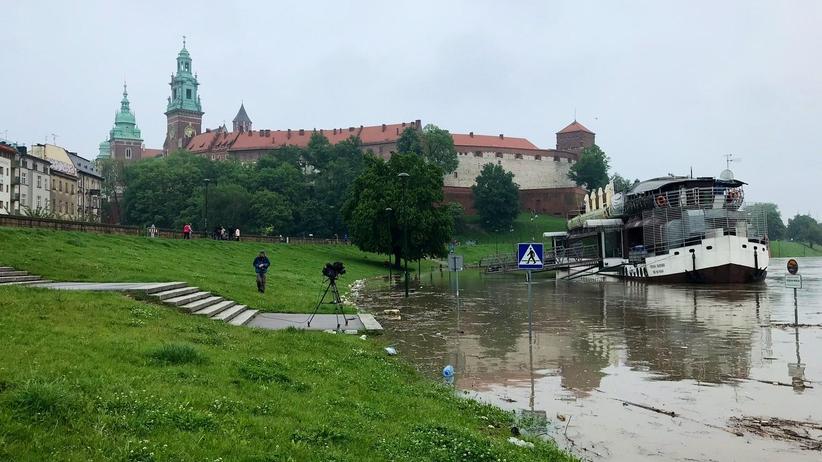 Fala kulminacyjna w Krakowie. Wisła ma już ponad 6 metrów, IMGW wydaje ostrzeżenia