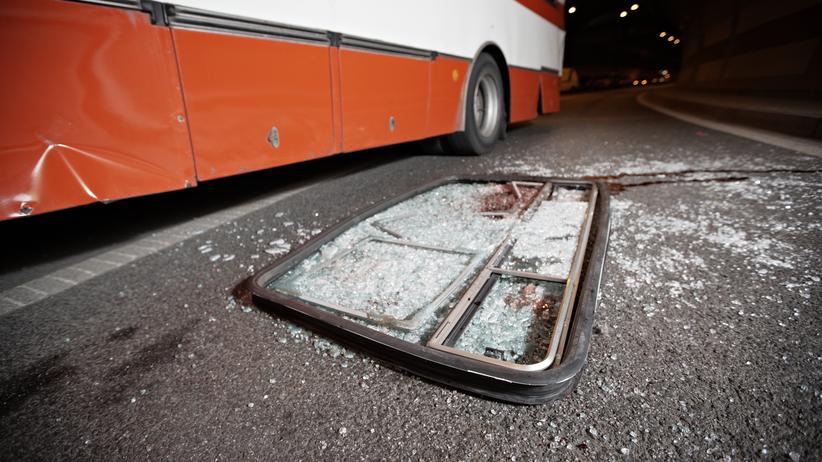 Autobus uderzył w latarnię. Nie żyje jedna osoba