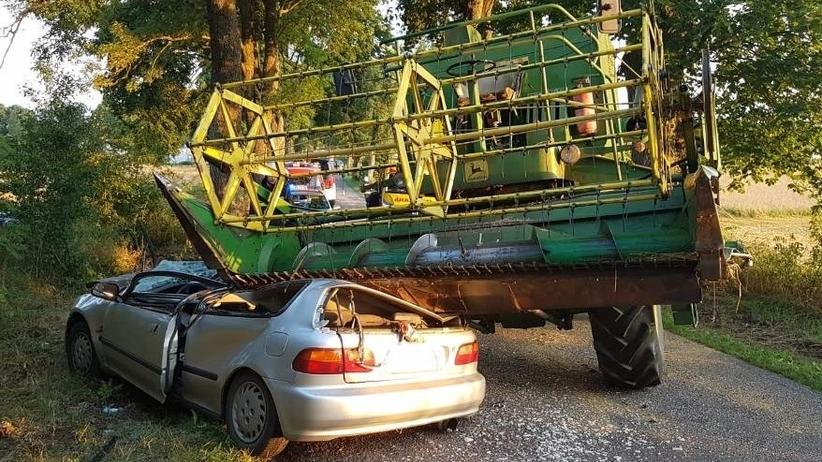 Wypadek, samochód wjechał w kombajn