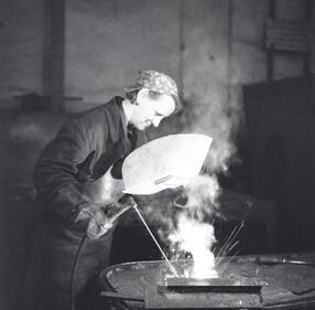 Pau0144stwowe Archiwum w Gdau0144sku#Kobieta przy pracy w Stoczni Gdau0144skiej#Kobieta przy pracy w Stoczni Gdau0144skiej|