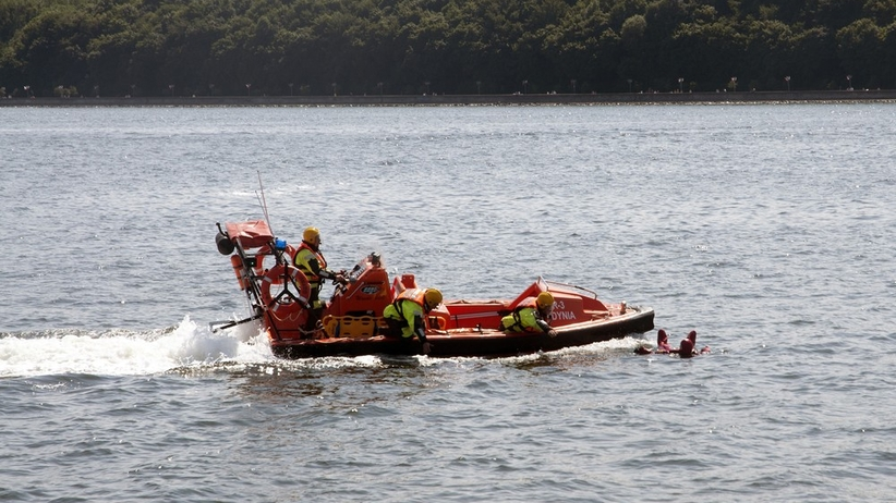 Tragedia nad morzem. Wiatr porwał skoczków spadochronowych, nie żyją dwie osoby