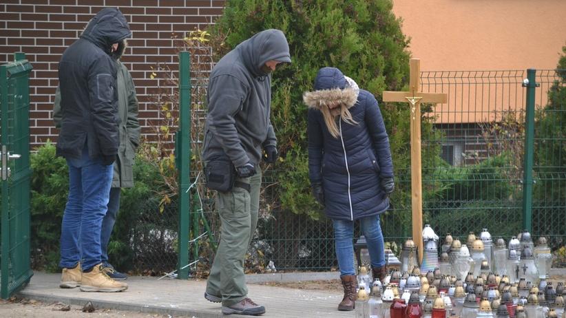 """Konin. Nowe oględziny miejsca, gdzie postrzelono 21-latka. """"Postępowanie trwa"""""""