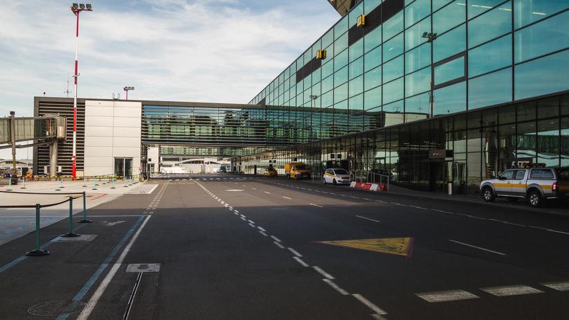 Lotniska gotowe na atak koronawirusa? Personel mierzy temperaturę