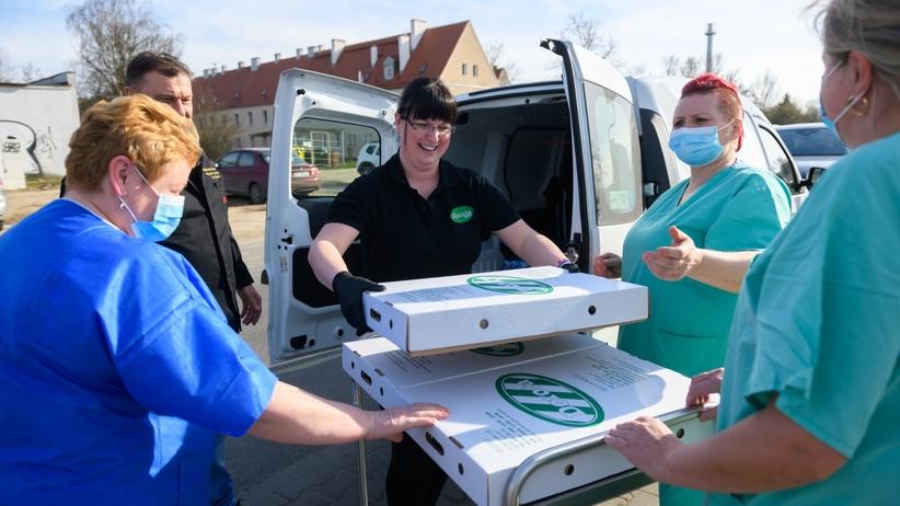 Pizza, pierogi i darmowe przewozy. Tak pomagają lekarzom w walce z koronawirusem