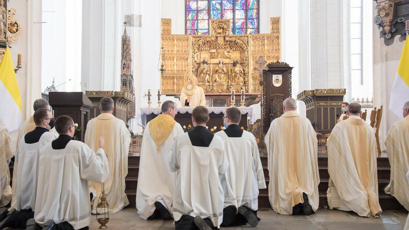 Księża w kościele
