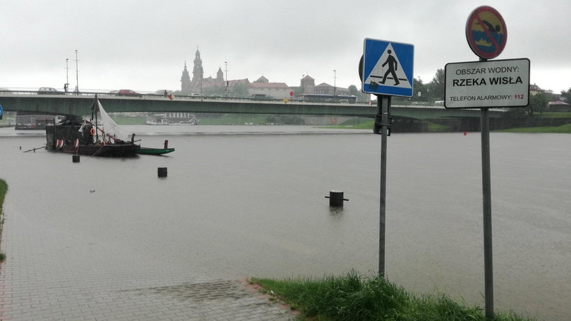 Kraków. Wisła wylała na bulwary. Prezydent miasta ogłosił pogotowie przeciwpowodziowe
