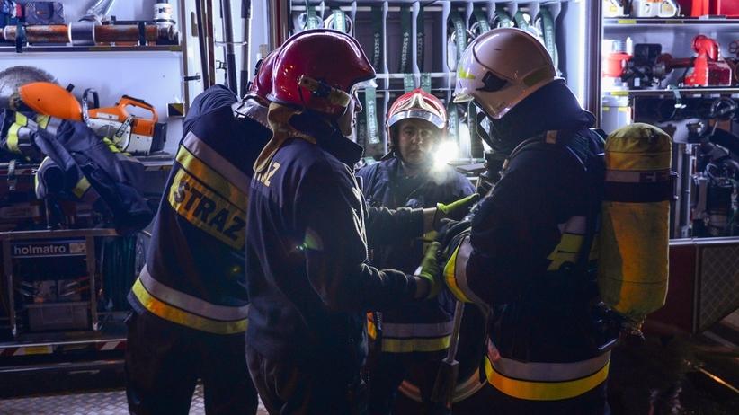 Jedna osoba zginęła w pożarze osiedla. Dwóch policjantów jest rannych