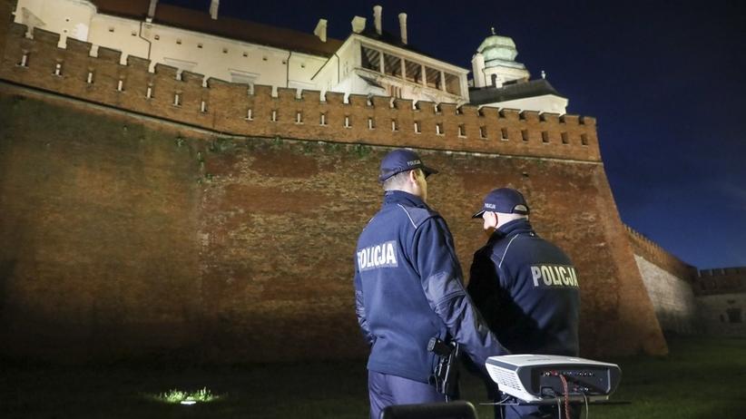 """Kraków. """"Tylko nie mów nikomu"""" na Wawelu. Policjanci zasłonili rzutnik"""