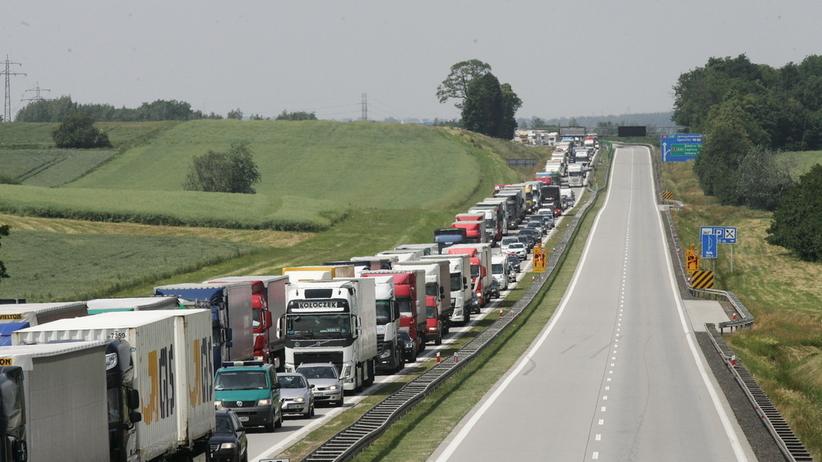 Zablokowana A4 po poważnym wypadku. Zderzyły się trzy ciężarówki
