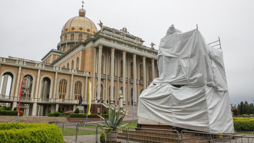 Licheń. Po filmie Sekielskich usunięto pomnik Jana Pawła II z ks. Makulskim