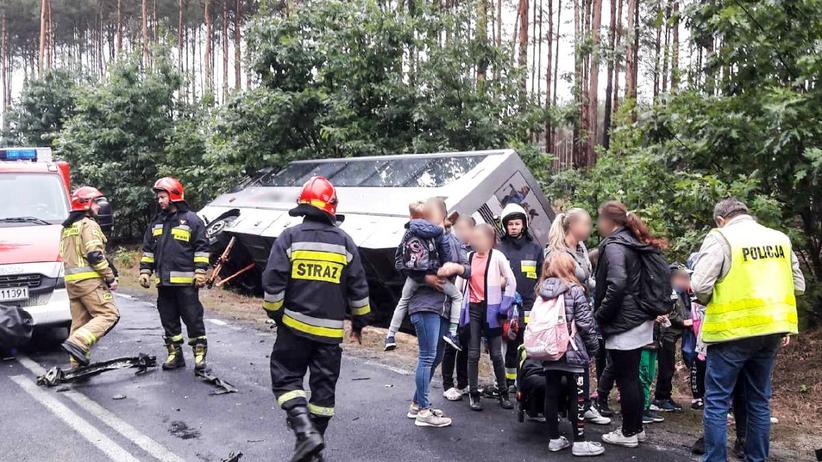 Wypadek szkolnego autobusu w Żarach. Autokar z dziećmi wjechał do rowu