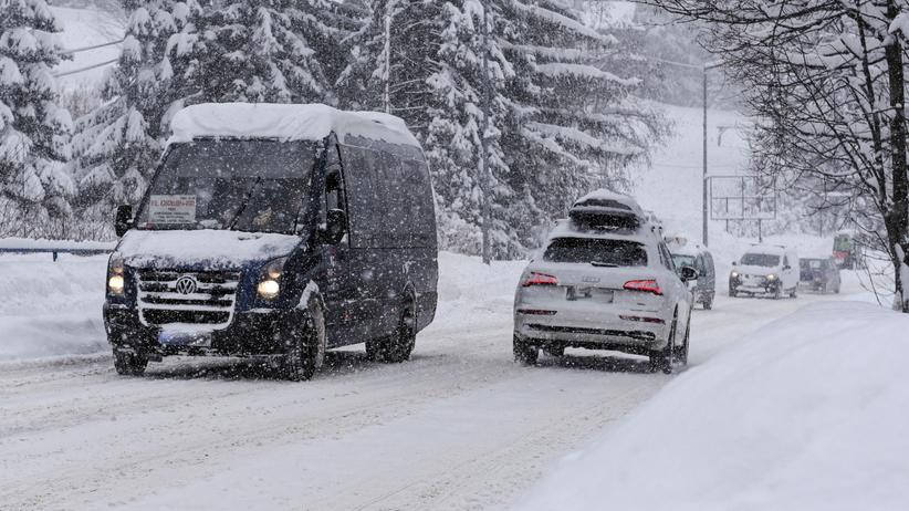 Białe drogi, zasypane samochody. Zakopane pod śniegiem [ZDJĘCIA]