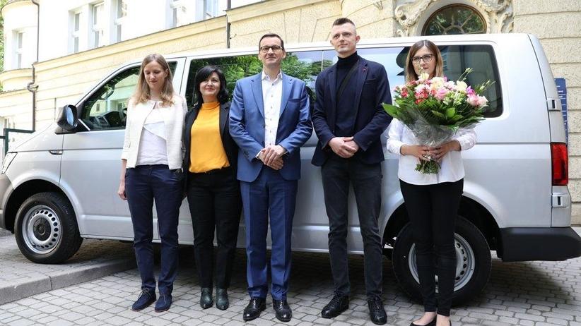 Premier Mateusz Morawiecki odwiedził pierwsze polskie sześcioraczki. Wręczył rodzicom nietypowy upominek