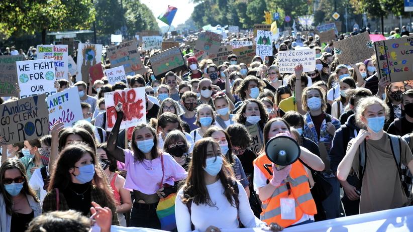 Uczestnicy marszu, odbywającego się w ramach tegorocznej edycji Młodzieżowego Strajku Klimatycznego, na ulicach Warszawy