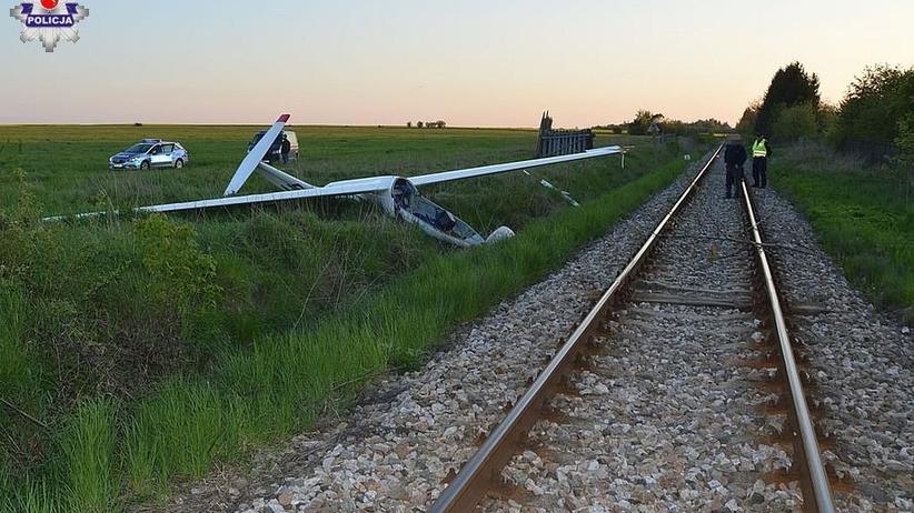 16-latek pilotował szybowiec. Maszyna zaczepiła o drzewo i runęła na ziemię