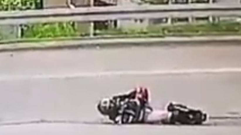 Koszmarny wypadek motocyklisty. Drastyczne naganie [+18]