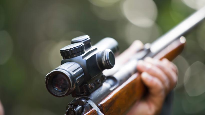 Machał karabinem przed swoją dziewczyną. Broń wystrzeliła [WIDEO]