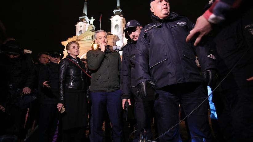 Nie udało się wyświetlić filmu Sekielskiego w stolicy. Policja aresztowała... projektor