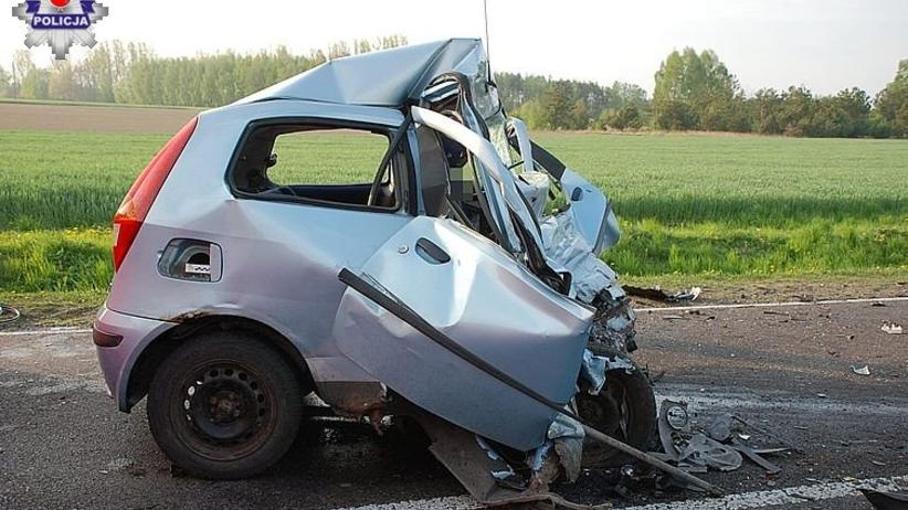 Tragedia na DK 19. Po uderzeniu w ciężarówkę auto zostało zmiażdżone