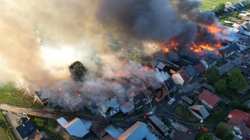 Nowa Biała. Z pożarem walczy 45 zastępów straży
