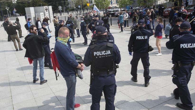 Policjanci legitymują uczestników zgromadzenia - zdjęcie ilustracyjne