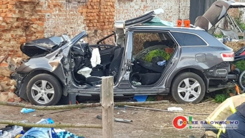 Wypadek śmiertelny na DK 42. Samochód uderzył w budynek