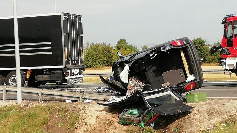 Samochód wepchnął inne auto pod ciężarówkę. Jeden z kierowców zginął na miejscu