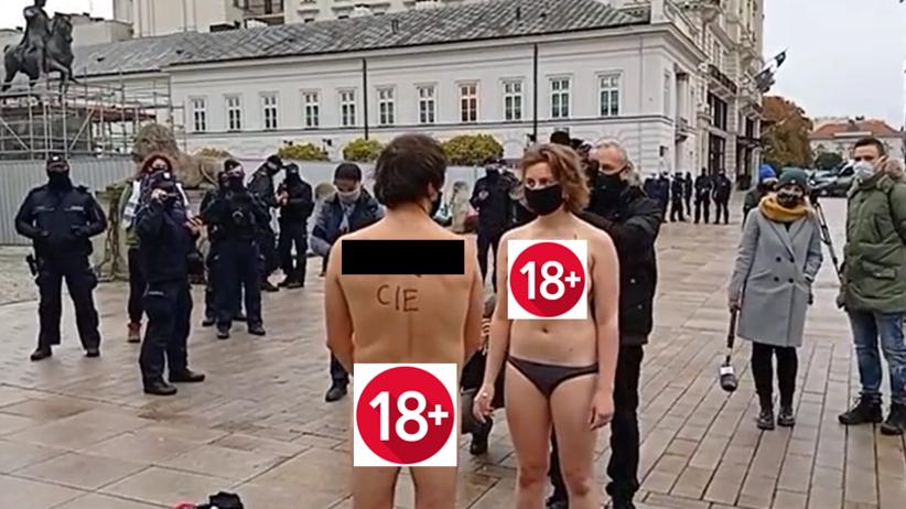 Para rozebrała się do naga przed Pałacem Prezydenckim