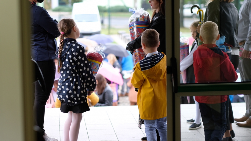 Pierwszy dzień szkoły. Ogromne kolejki przed przedszkolami. ZDJĘCIA  - Wiadomości