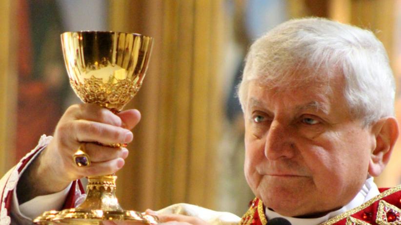 Biskup z filmu Sekielskich trafił do szpitala. Miał ponad 3 promile alkoholu