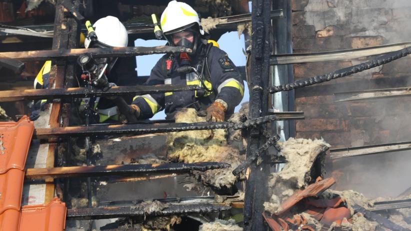 Pożar budynku wielorodzinnego. Ogień zajął poddasze
