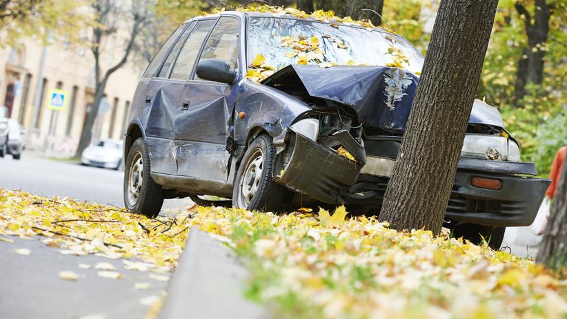 Dramatyczny wypadek na drodze. 18-latek zasnął za kierownicą i uderzył w drzewo