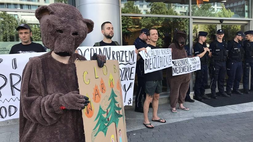 Protest aktywistów pod siedzibą Lasów Państwowych. Chcą wstrzymania wycinki