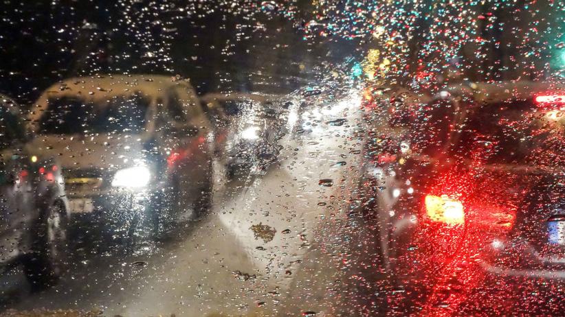 Lokalnie deszcz ze śniegiem, na drogach może być niebezpiecznie. Pogoda w środę