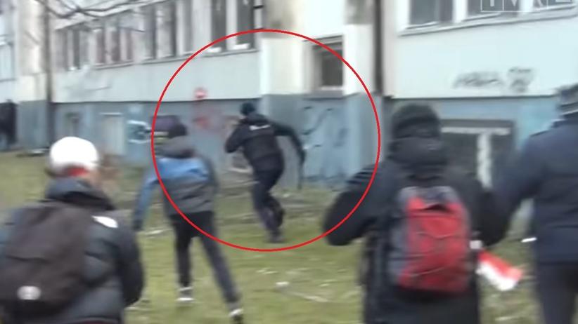 policjant ucieka przed koronasceptykami