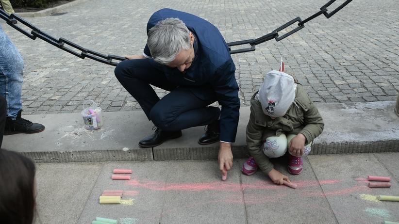 """Biedroń rysuje tęczę pod Pałacem Prezydenckim. Jest też """"piątka"""" Wiosny dla LGBT"""