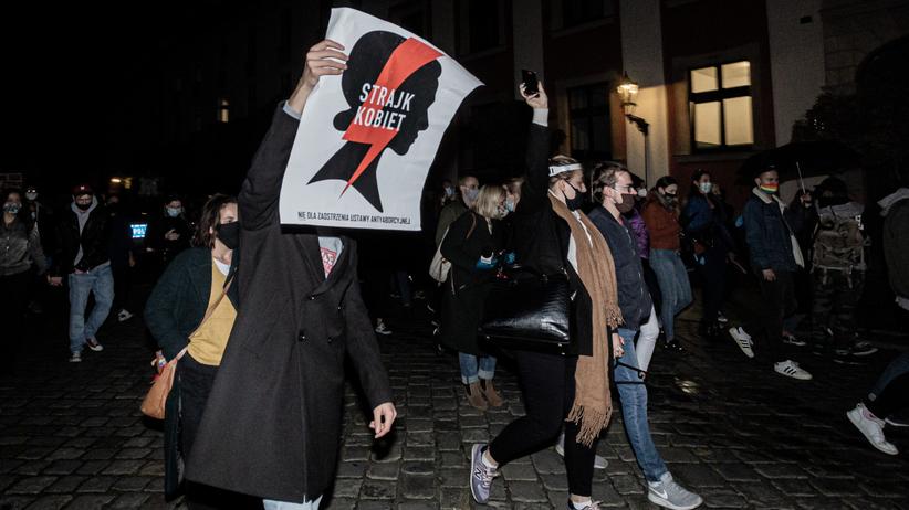 Para młoda dołączyła do protestu