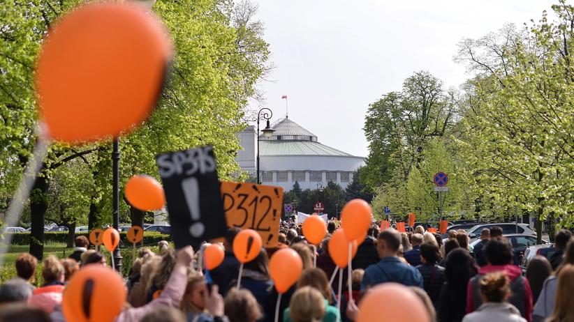 Kolejna manifestacja nauczycieli w Warszawie. Uczestnicy pod Sejmem