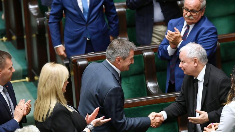 Kuchciński dostał owacje i podziękowania od PiS. Witek nowym marszałkiem