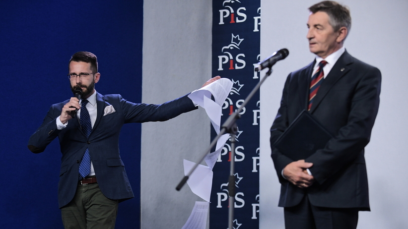 Kuchciński rezygnuje. Komedia na konferencji PiS