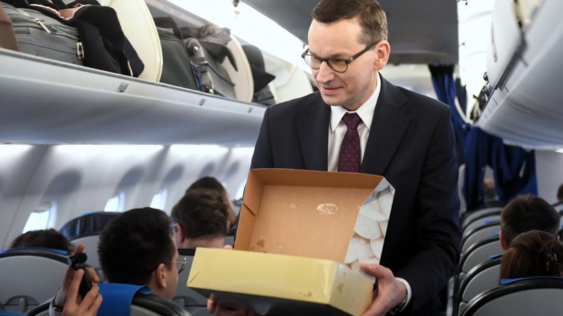 Mateusz Morawiecki w Tłusty Czwartek w drodze do Brukseli rozdaje pączki