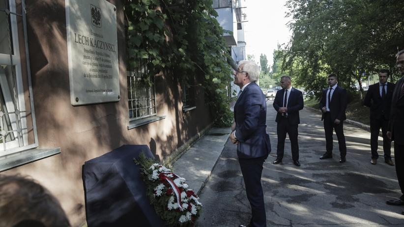 Szef MSZ Jacek Czaputowicz złożył wieniec pod tablicą upamiętniającą śp. Lecha Kaczyńskiego